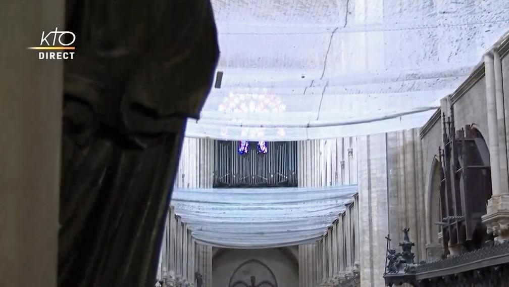 Interior da Catedral de Notre-Dame de Paris, dois meses após o incêndio que a destruiu parcialmente — Foto: Reprodução/KTOTV