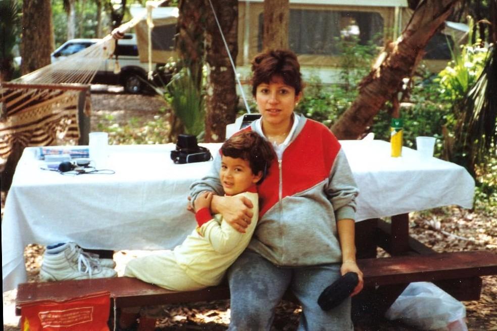 Salinas e sua mãe - a sinestesia afetou sua habilidade de fazer amigos (Foto: Arquivo pessoal)