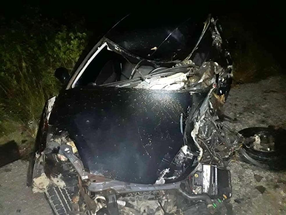 Motorista do carro morreu após colidir com um caminhão, na BR-423, em São Caetano — Foto: PRF/Divulgação