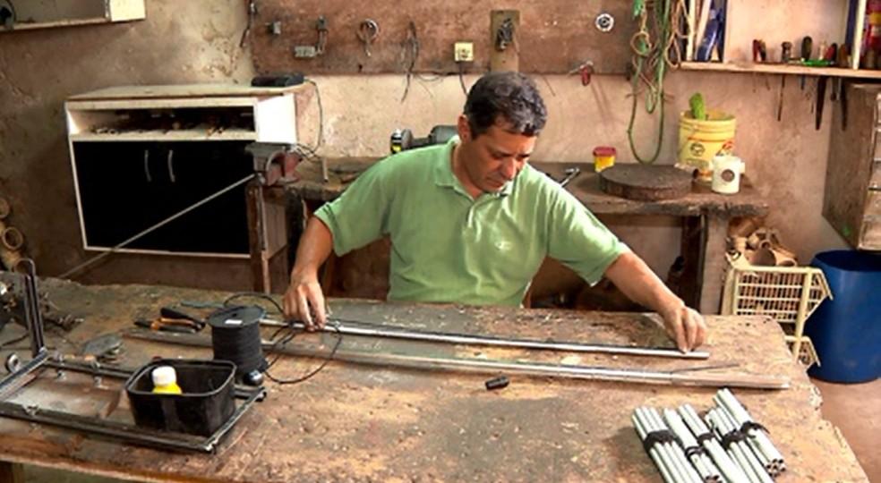 Osmar começou a fazer bengalas novas para ajudar deficientes visuais — Foto: Leopoldo Karam/RPC Londrina