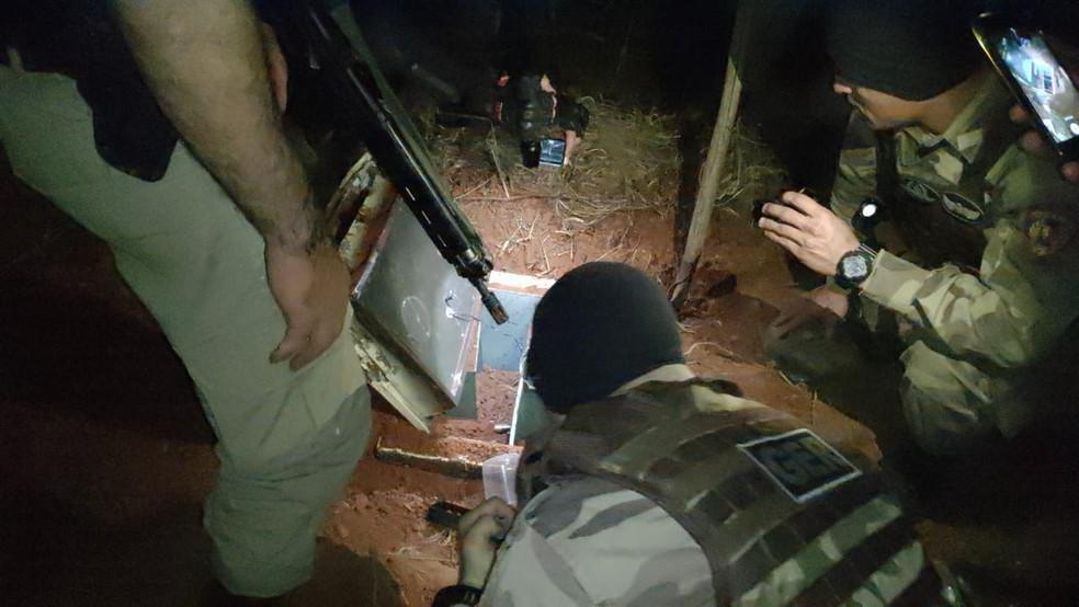 Cofre estava enterrado em chácara na zona rural de Nova Porteirinha — Foto: Polícia Militar/Divulgação