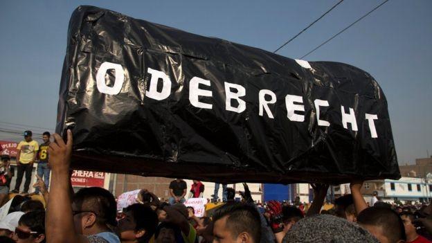 Protesto contra a Odebrecht no Peru; escândalo se espalhou do Brasil para a América Latina (Foto: Reuters/BBC News)