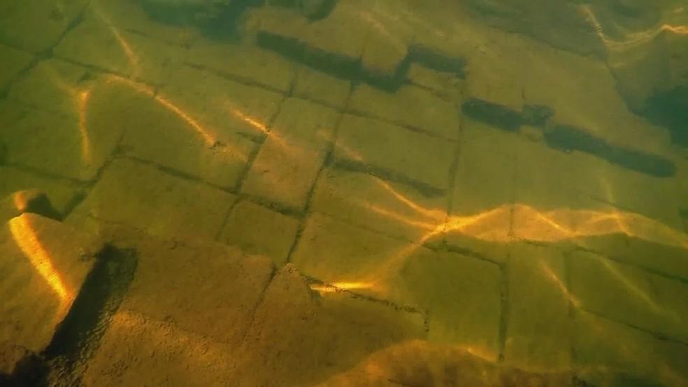 Tijolos de antiga construção podem ser vistos embaixo d'água em Rubineia — Foto: Reprodução/Tv Tem