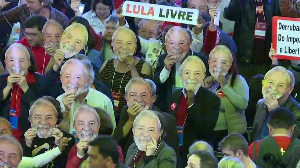 Militantes usam máscara com foto de Lula durante convenção nacional do PT, no último sábado, em São Paulo (Foto: GloboNews/reprodução)