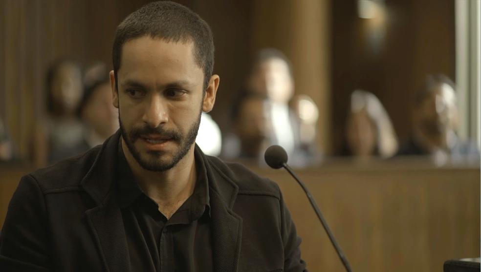 Em 'A Dona do Pedaço', Téo (Rainer Cadete) diz que Josiane (Agatha Moreira) tentou matá-lo — Foto: TV Globo