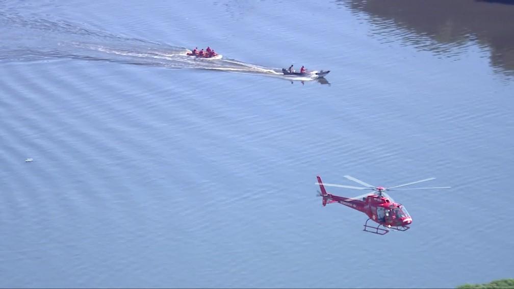 Bombeiros resgatam tripulantes de helicóptero â?? Foto: Reprodução/TV Globo