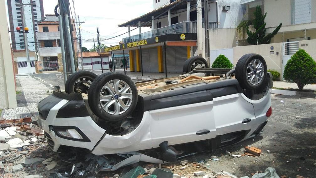 Manobrista confunde pedais de carro, derruba parede de pavimento e veículo cai de altura de 10 metros na Bahia — Foto: Madalena Braga/TV Subaé