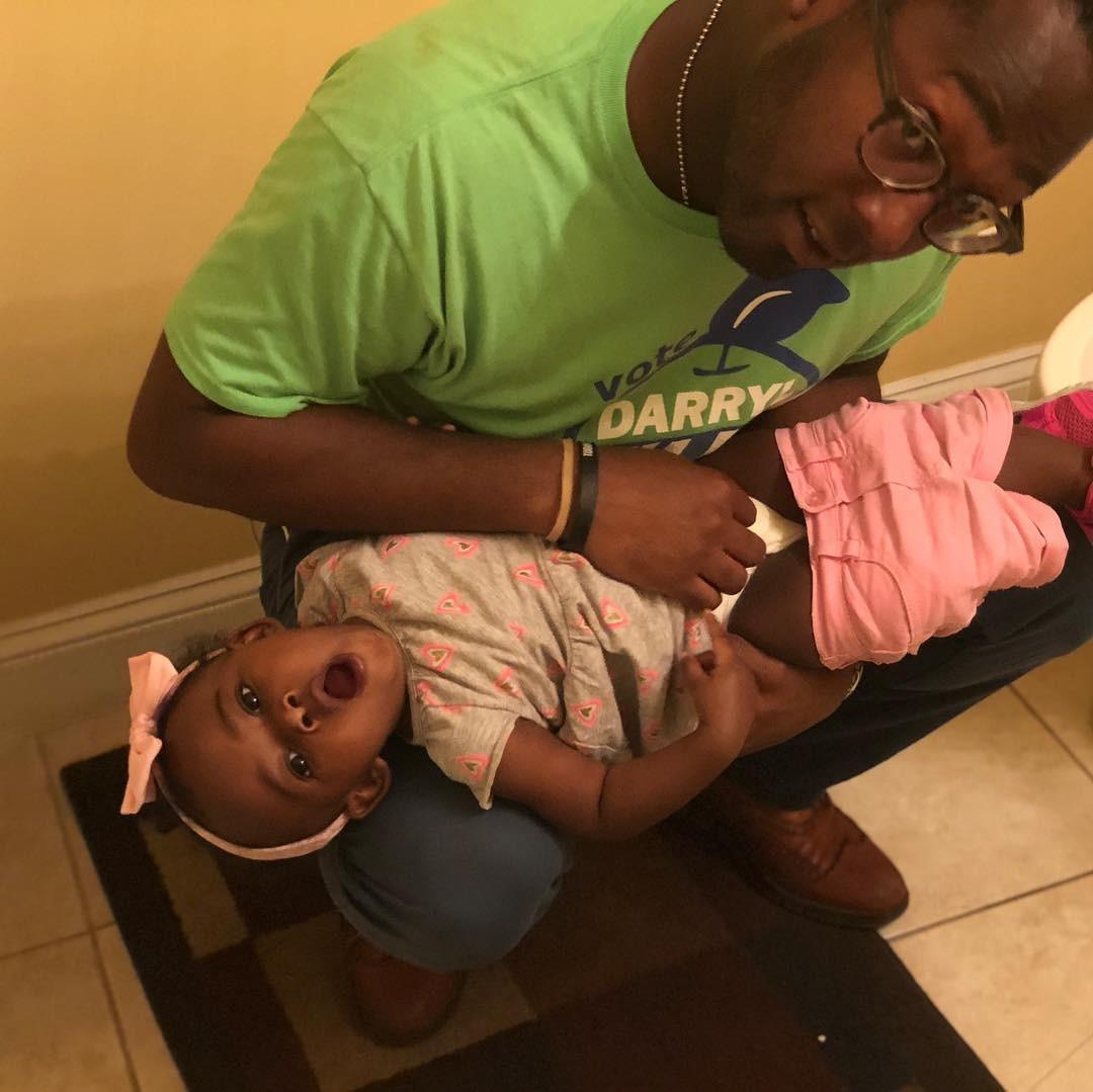 Outros pais aderiram ao movimento e também postaram fotos deles trocando os filhos agachados (Foto: Reprodução/ Instagram)