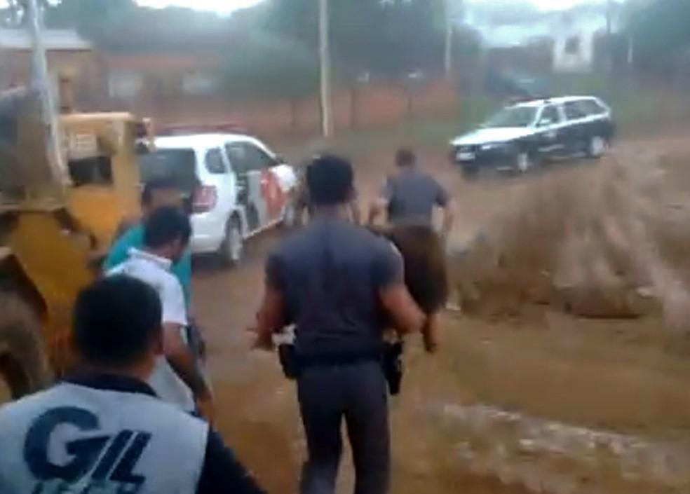 Criança foi salva após ter sido soterrada em Paulicéia (Foto: Polícia Militar/Divulgação)