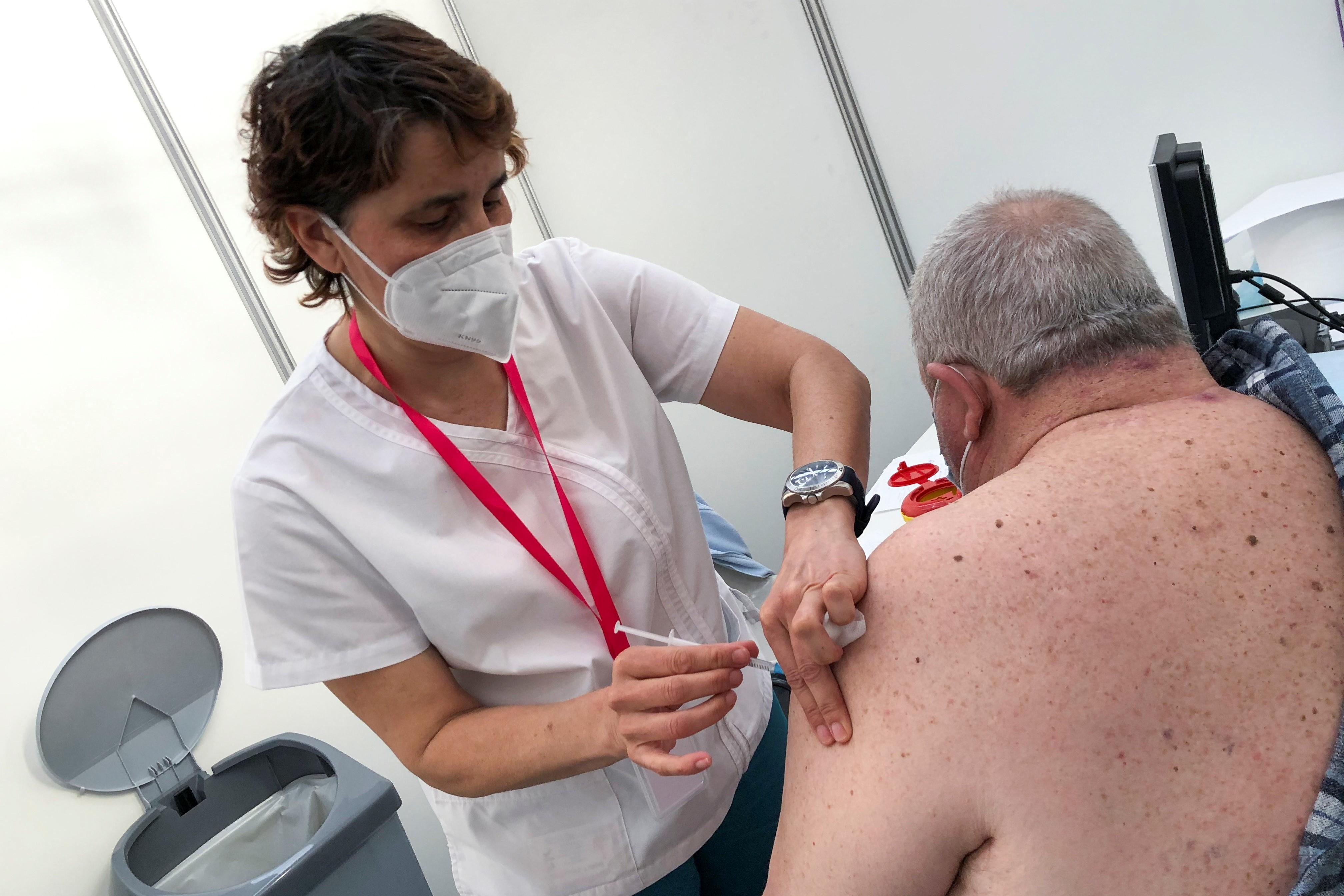 Homem recebe dose de AstraZeneca em Lisboa, Portugal