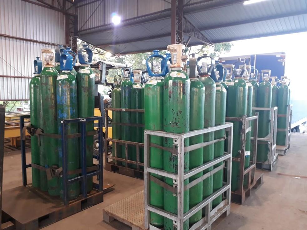Cilindros de oxigênio que serão levados por avião até Manaus — Foto: Divulgação/Azul Linhas Aéreas