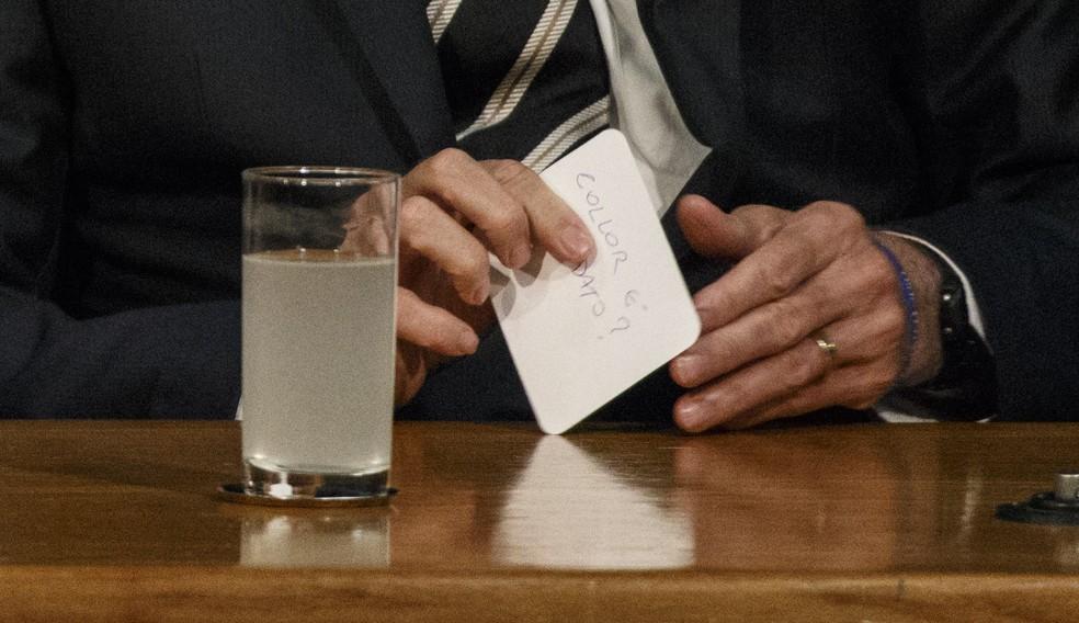 Presidente Jair Bolsonaro segura bilhete entregue a Rodrigo Maia — Foto: Daniel Marenco/Agência O Globo
