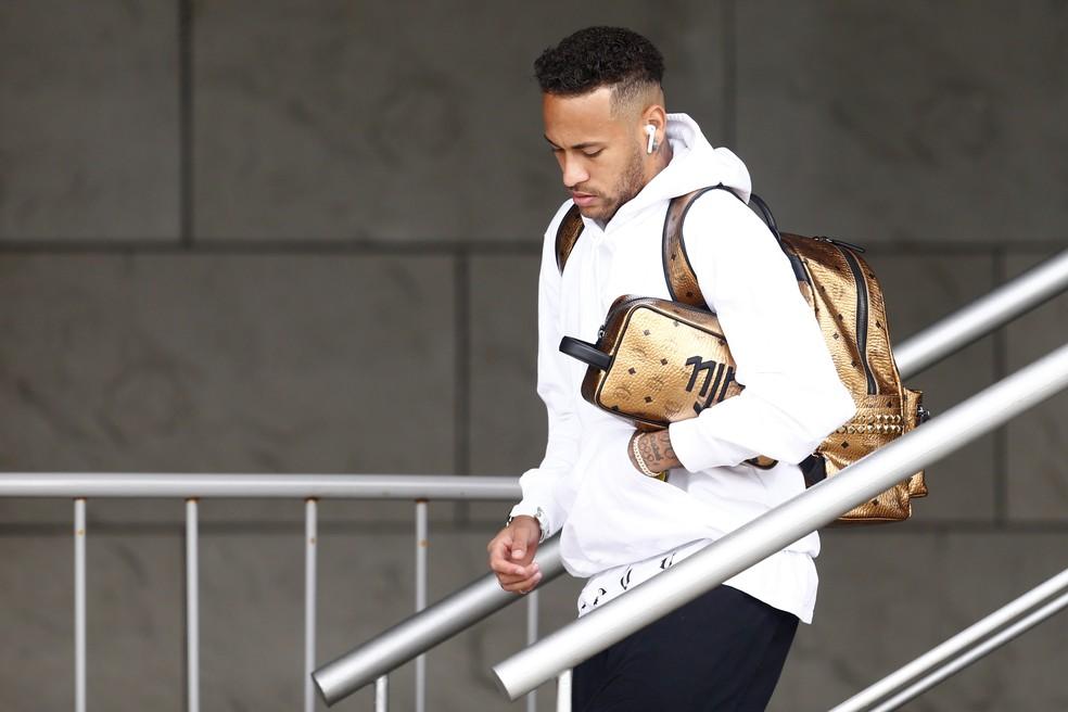 Neymar deixa hotel da seleção brasileira em Kazan (Foto: AFP)