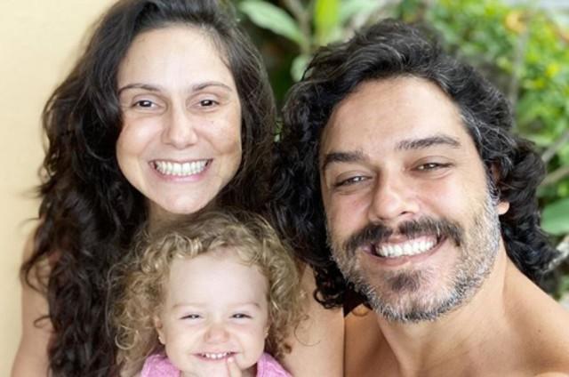 Aline Fanju com a filha e o marido (Foto: Reprodução)