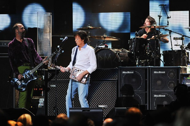 "Paul McCartney e Dave Grohl se apresentam juntos no show beneficente ""Hurricane Sandy 12-12-12"", no fim do ano passado (Foto: Getty Images)"