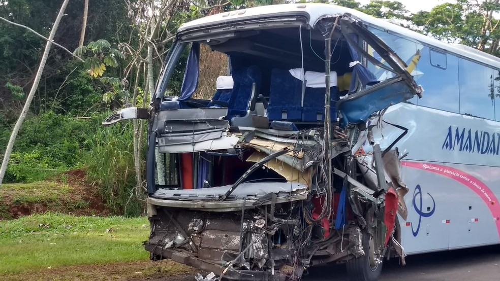Depois de bater na traseira de um dos ônibus, o veículo bateu contra caminhão-tanque — Foto: Victor Hugo Bittencourt/RPC