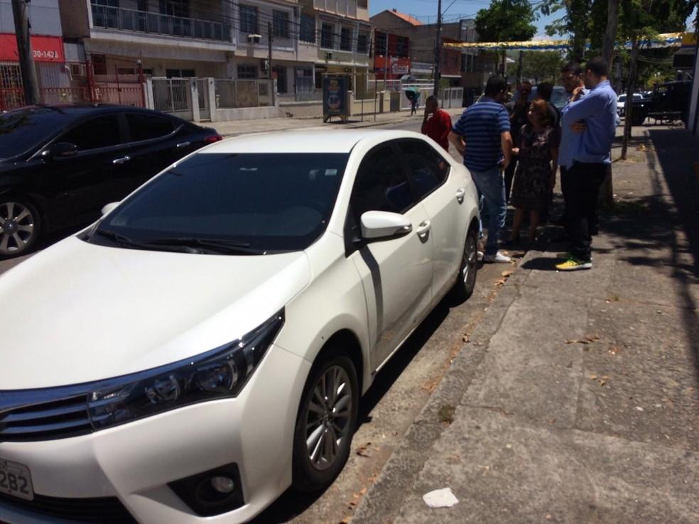 Deputada Martha Rocha ao lado do carro onde estava quando foi atacada, na Zona Norte do Rio — Foto: Paulo Mário Martins/ TV Globo