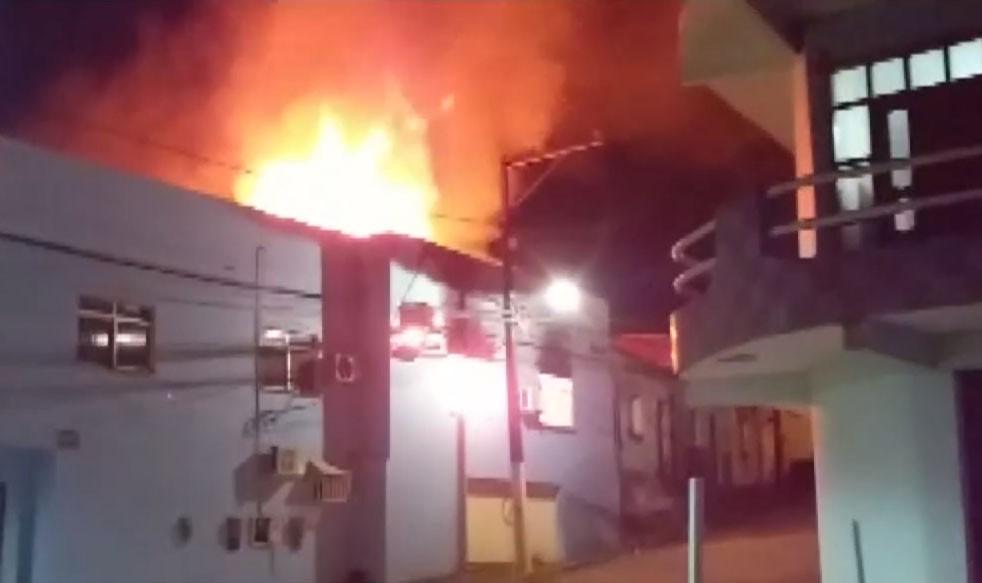 Prédio de prefeitura de São José da Vitória pega fogo no sul da Bahia e polícia suspeita de ex-funcionário
