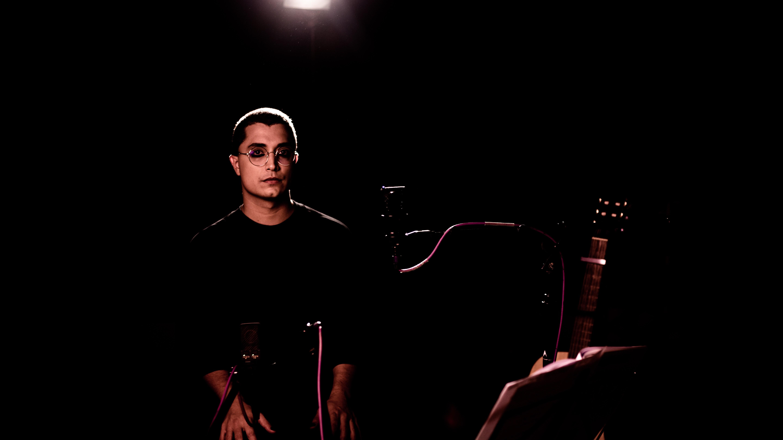 Em live, Arthur Nogueira reinterpreta canções de Caetano Veloso e anuncia álbum autoral