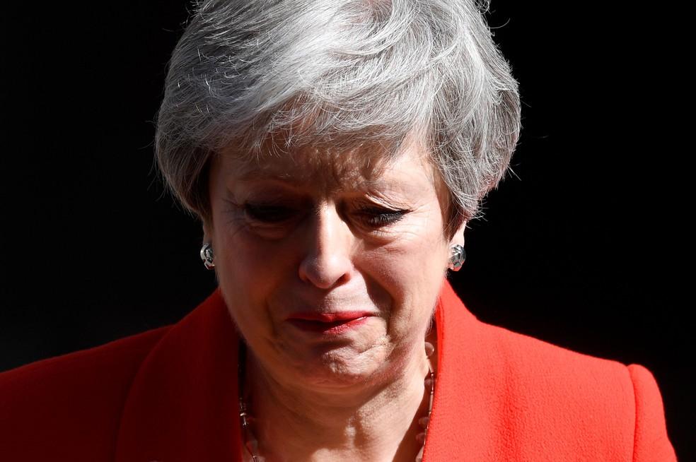 Primeira-ministra britânica, Theresa May, chora ao anunciar sua renúncia nesta sexta-feira (24), em Londres — Foto: Toby Melville/ Reuters