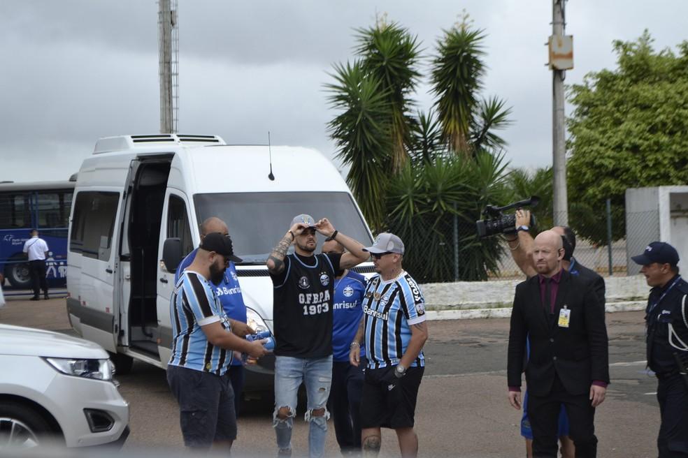 Atacante chega para assinar contrato com o clube por uma temporada — Foto: Lucas Bubols