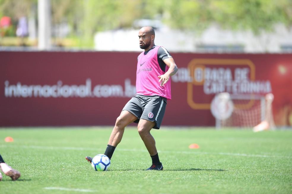 Moledo volta após mais de um mês e se apega a retrospecto para retomar solidez defensiva no Inter