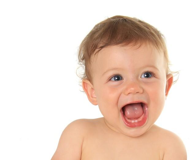Criança sorrindo e mostrando os dentes (Foto: Shutterstock)