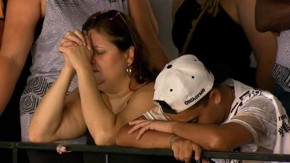 Integrantes da Vai-Vai aflitos na quadra da escola com as notas na apuração do carnaval de São Paulo — Foto: TV Globo/Reprodução