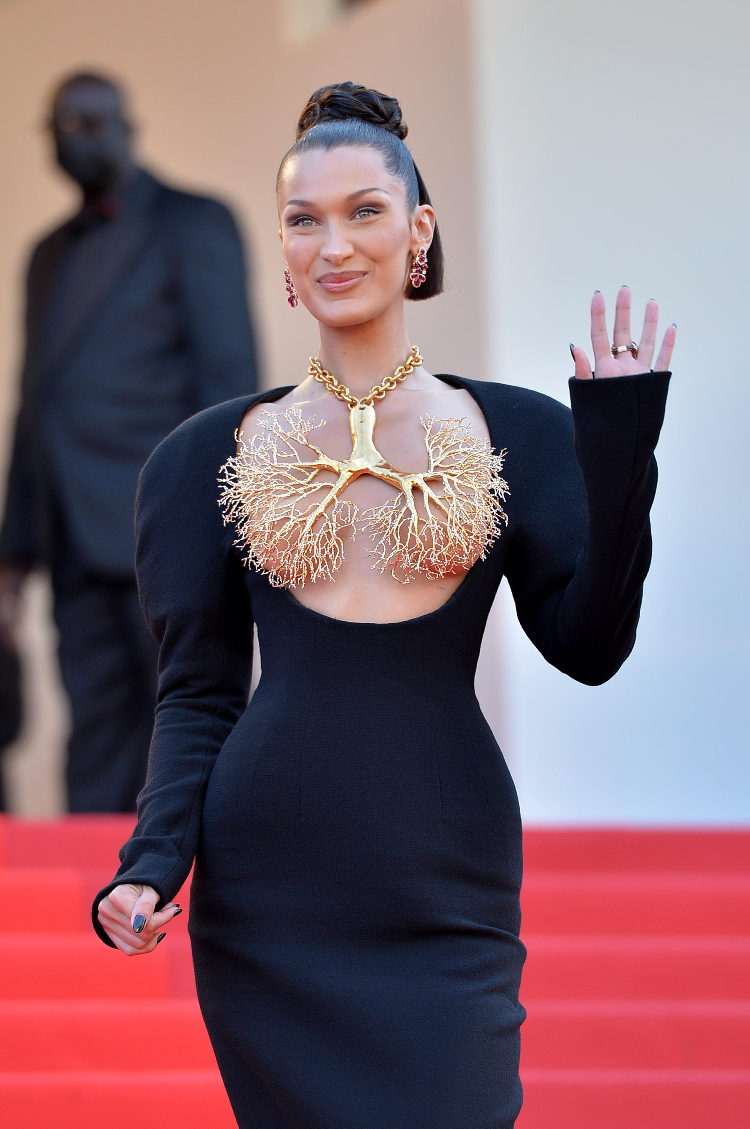 La modella Bella Hadid posa sul tappeto rosso per il dramma italiano Tre Piani (2021) al Festival di Cannes (Immagine: Getty Images)