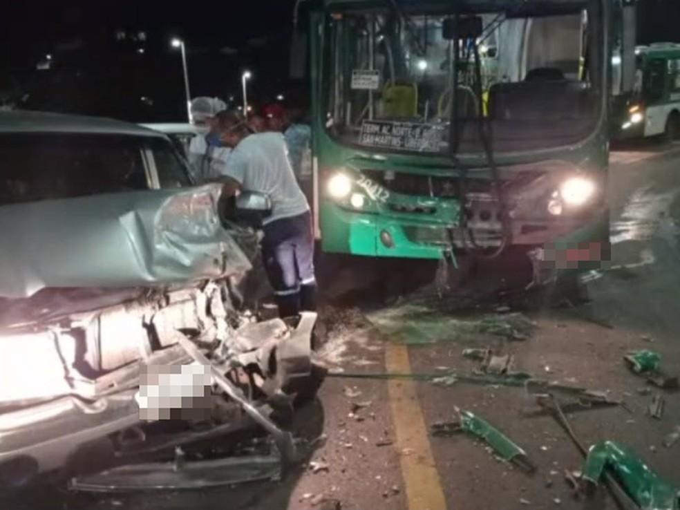 Motorista de caminhonete fica ferido após bater de frente com ônibus em ladeira do Barbalho, em Salvador — Foto: Reprodução/TV Bahia