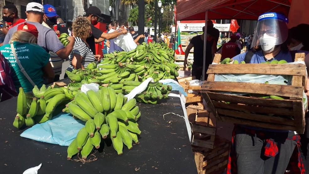 Protesto contra o presidente Jair Bolsonaro teve distribuição de bananas que foram doadas por agricultores  — Foto: Junior França/Arquivo Pessoal