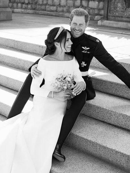 Harry e Meghan em foto oficial depois da cerimônia: ele colheu algumas das flores do buquê dela (Foto: Reprodução / Instagram)