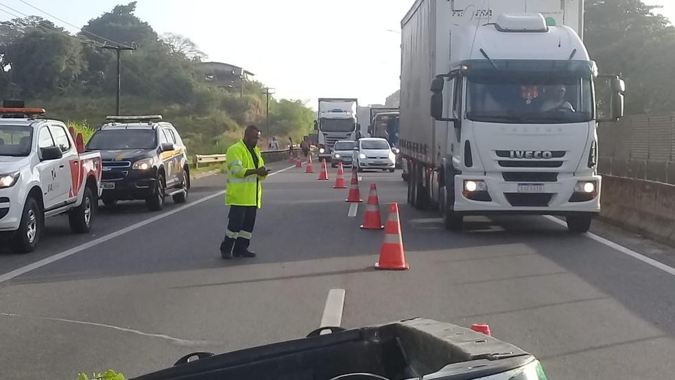 Batida entre carro e carreta deixou feridos em Salvador  — Foto: Cid Vaz/TV Bahia