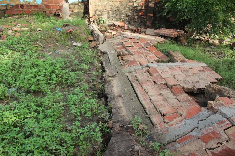 Chuva derrubou muro de residência (Foto: Carlos Rocha / G1)