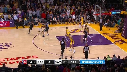 LeBron erra no fim em derrota dos Lakers e tem pior início de sua carreira desde 2004