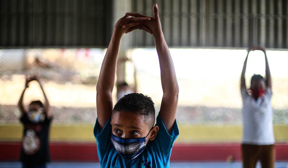 VOLTA ÀS AULAS EM SP: Alunos fazem atividade física com distanciamento na Escola Estadual Thomaz Rodrigues Alckmin, no bairro do Itaim Paulista, na Zona Leste da cidade de São Paulo, na manhã desta quarta-feira (7) — Foto: Werther Santana/Estadão Conteúdo