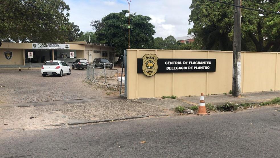 Homem foi levado para a Central de Flagrantes, reconhecido pelas vítimas e permaneceu preso — Foto: Kleber Teixeira/Inter TV Cabugi