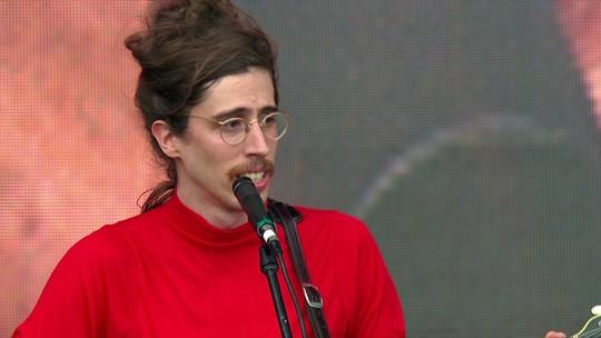 O Terno faz show tranquilão no Lollapalooza, com 'amorzinho' e bom humor