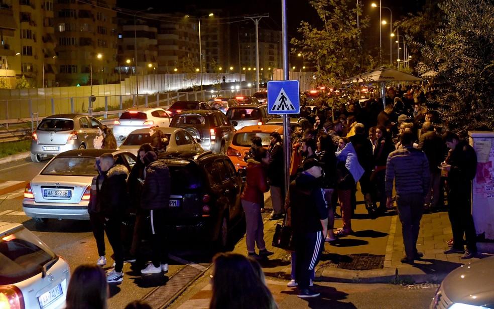 Albaneses não dormem e se reúnem nas ruas após terremoto atingir a Albânia — Foto: Gent Shkullaku / AFP Photo