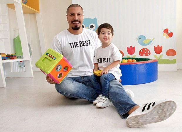O ex-BBB Fernando Medeiros, com o filho Lucca: aprendizado (Foto: Divulgação/ Dimona )