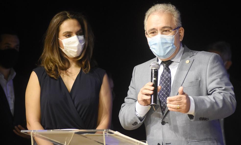 A infectologista Luana Araújo (esq.) ao lado do ministro da Saúde, Marcelo Queiroga  — Foto: Tony Winston/MS