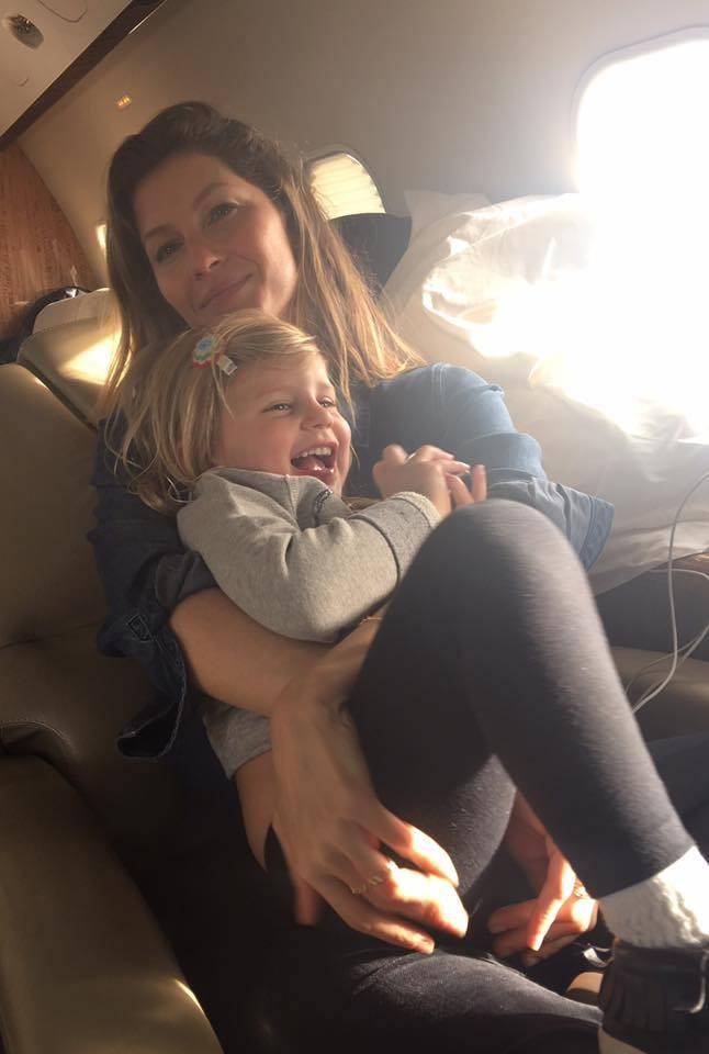 """""""Eu amo as minhas meninas!! #Bemyvalentine"""", disse Tom Brady na legenda do clique fofo de Gisele Bündchen e Vivian Lake no jatinho, a caminho de Montana (Foto: Reprodução/ Facebook)"""