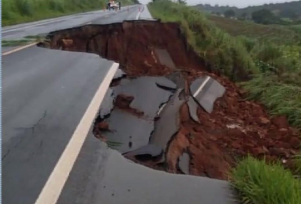 Trecho de rodovia cedeu na MGC-491 no Sul de Minas — Foto: Reprodução/EPTV