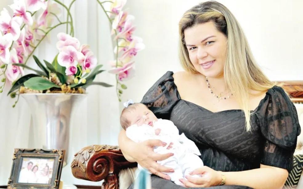Caroline Vellasco e a filha, Esther — Foto: Fábio Lima/O Popular
