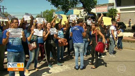 Estagiários de Paulista realizam protesto contra redução de bolsa