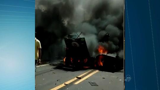 Vídeo flagra carro-forte incendiado após assalto no Ceará