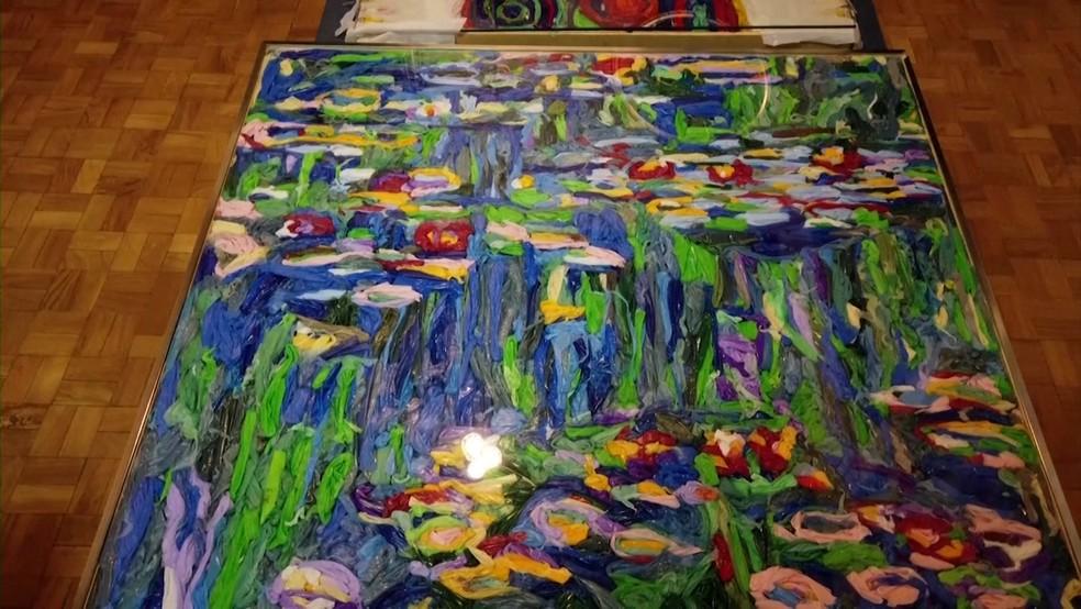 Obra de Monet recriada com sacolas plásticas pelo artista Eduardo Srur — Foto: Reuters