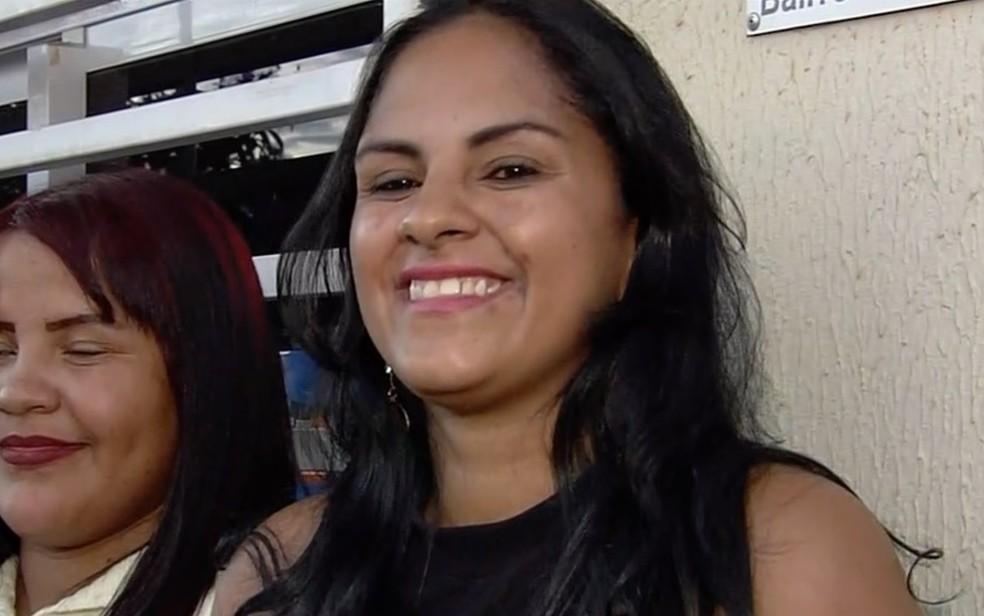 Maria Inês aguarda há mais de 17h na fila por emprego: 'Ficaria de novo' — Foto: Reprodução/TV Anhanguera