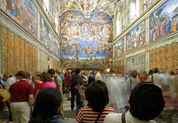 O teto da Capela, uma da obras de arte da Renascença italiana mais famosas do mundo, foi pintado com a técnica do afresco por Michelangelo (Foto: Getty Images)