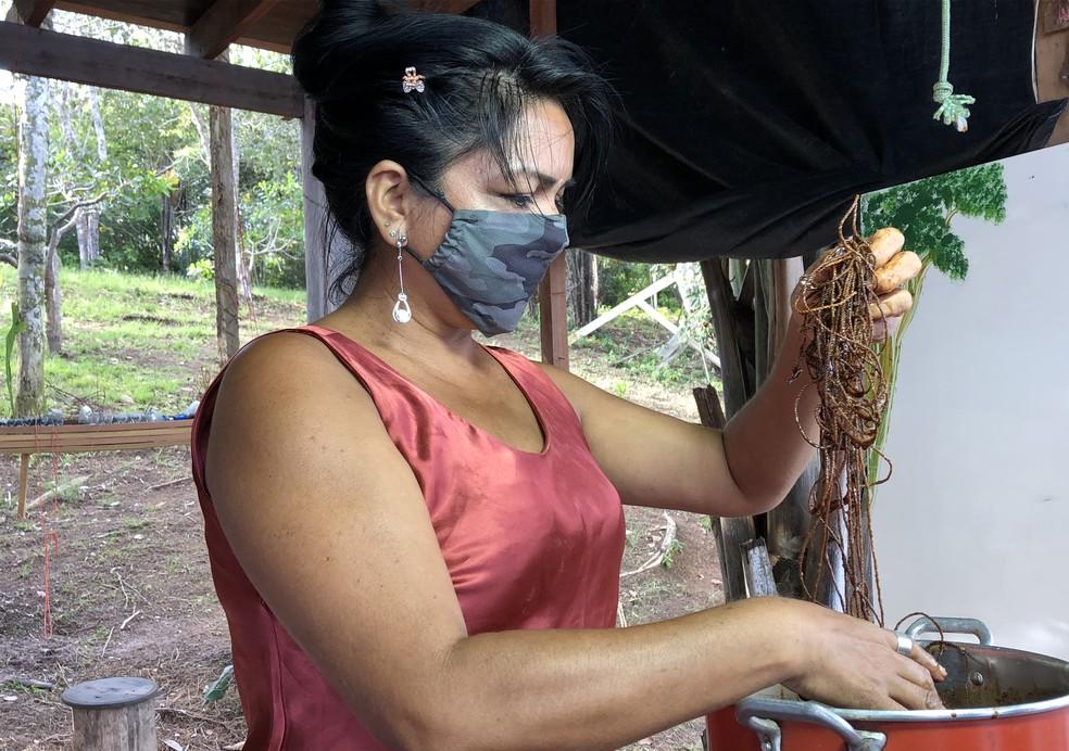 Trabalho de tingimento é feito com água quente e sal.  — Foto: Matheus Castro/G1